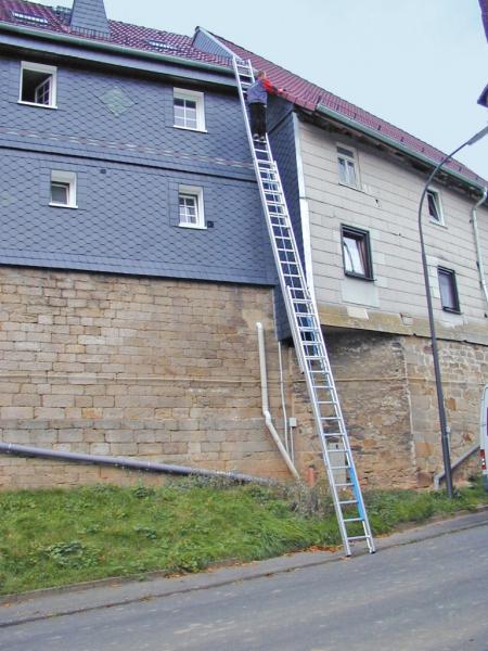 KRAUSE Профессиональная трехсекционная лестница выдвигаемая тросом 3Х18 ступ. (арт. 800770)